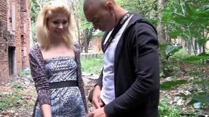 sucking tenåring blonde blowjob amatør russisk utendørs nærhet virkelighet oral