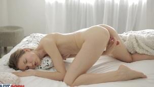 tenåring blonde trimmet dildo leketøy truser fingring onani solo nærhet