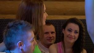 sucking tenåring trimmet hardcore blowjob doggystyle gruppe amatør kjønn russisk
