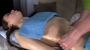 sucking brunette tenåring trimmet hardcore blowjob doggystyle massasje kjønn fingring
