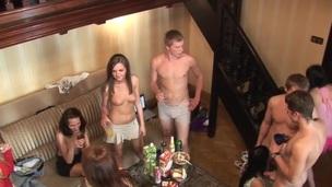 sucking tenåring hardcore blowjob doggystyle gruppe kjønn russisk orgie nærhet