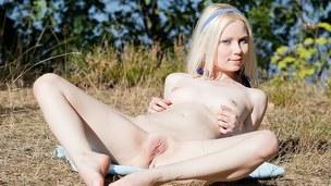 tenåring blonde trimmet vakker utendørs onani solo nærhet barbert fitte erotisk