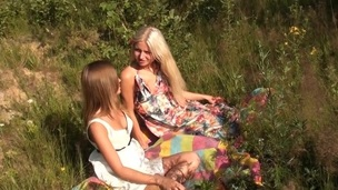 brunette tenåring trimmet lesbisk russisk utendørs fingring onani nærhet fitte slikking