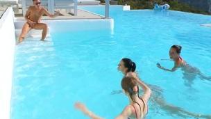 sucking brunette tenåring trimmet blowjob gruppe amatør russisk utendørs nærhet